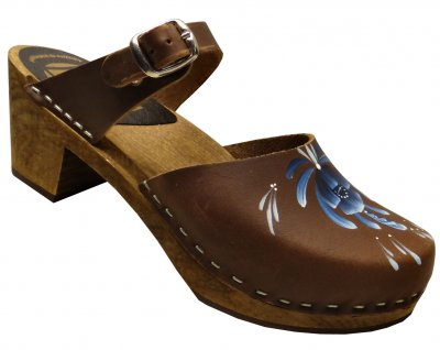 Dalanna - Brown oil leather on a brown high (7 cm) base with a blue kurtitsflower at the front